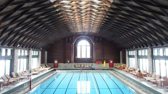Fairmont Le Chateau Montebello: La piscine intérieure