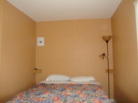 Relax Inn: Bed