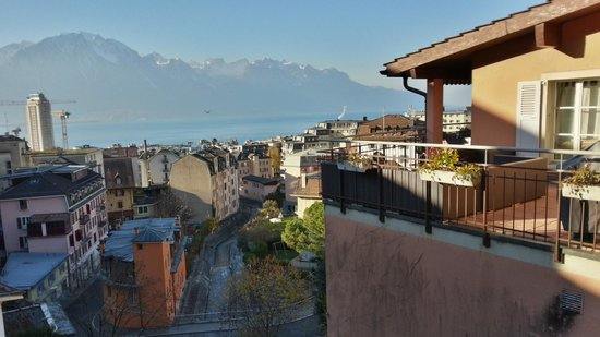 Tralala Hotel Montreux: View on street near hotel, overlooking the old town.