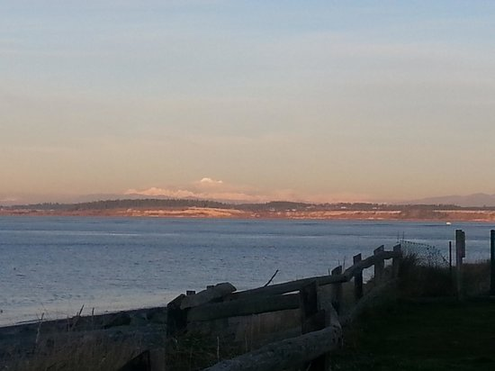 Huber's Inn Port Townsend: Mountains in the distance.