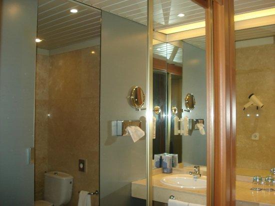 Tryp Coruna Hotel : El antebaño,muy cómodo,con placard y grandes espejos,secador de cabello y ammenities