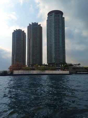 Chatrium Hotel Riverside Bangkok : Hotel/condos as seen from Chao Phraya river during free river ferry ride.