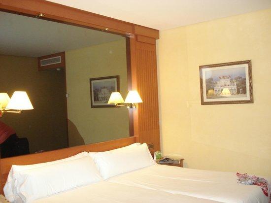 TRYP Coruna Hotel : Una cama ideal para cada una en una habitación espaciosa.
