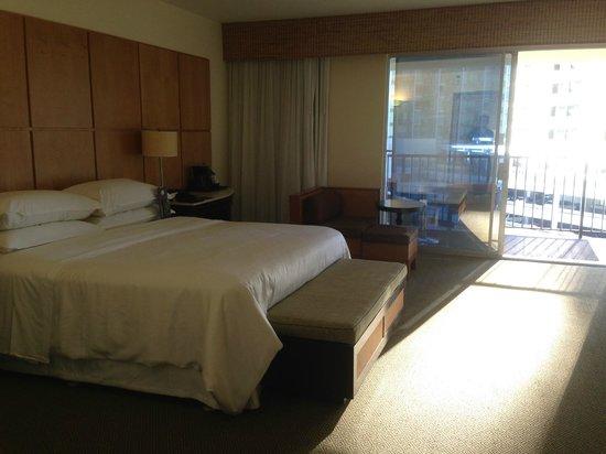 Sheraton Waikiki: Standard Room w/ private balcony