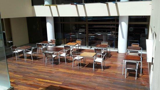 Be Trimos Hotel: Patio
