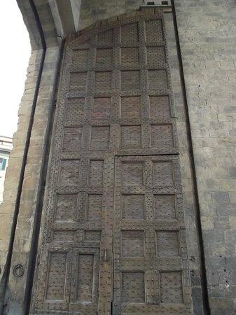 Oltrarno: Portão original de madeira da Porta Romana (1326)