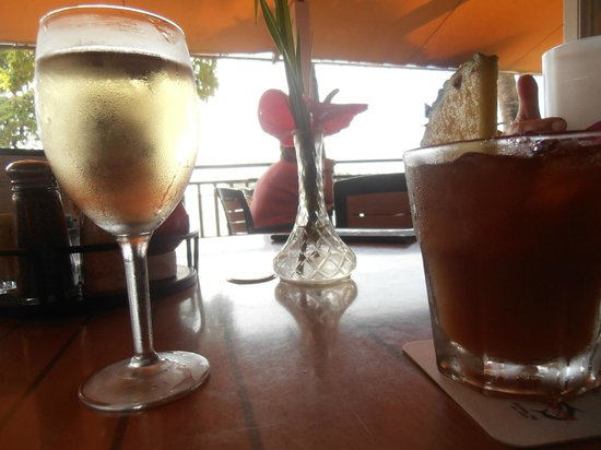 Kona Canoe Club: A glass of wine, a mai tai and the sea