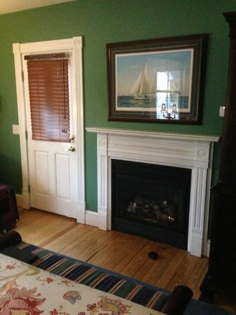 George Brooks House B&B: Fireplace