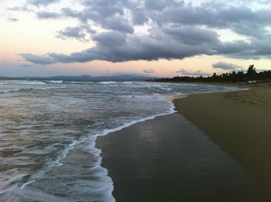 Barefoot Beach Pad : Looking east along the beach for miles