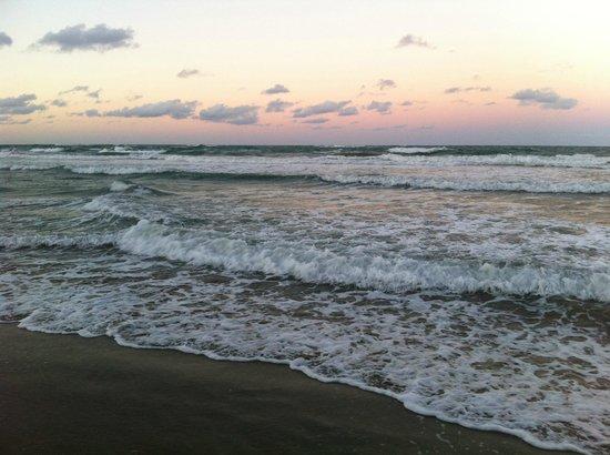 Barefoot Beach Pad : Sunrise directly outside Barefoot