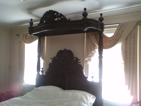 Stone Manor: Half-poster bed in large bedroom