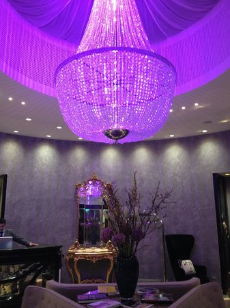 Hotel Sans Souci Wien: In the evening the lobby's chandelier shines violet making the place feel enchanted.