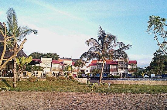 Luwansa Beach Resort: Bagian belakang resort dari pantai