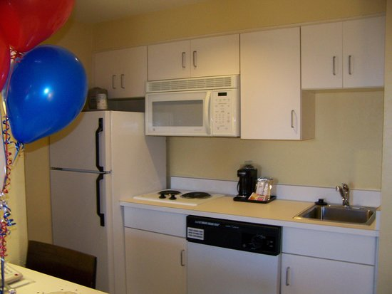 Hampton Inn & Suites Mooresville/Lake Norman: close of kitchen in suite
