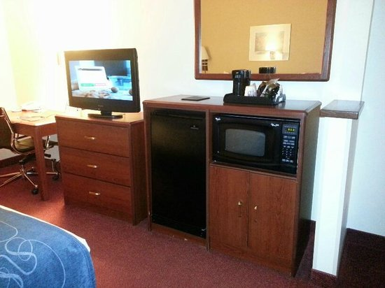 Comfort Suites Rochester: microwave and refrigerator