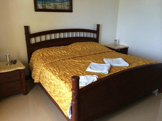 La Laguna Beach Club & Dive Centre : Bedroom/hotel room.