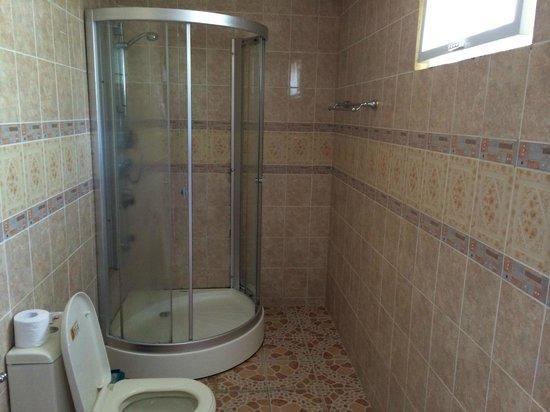 La Laguna Beach Club & Dive Centre : Bathroom.