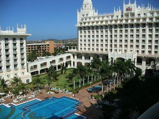 Hotel Riu Palace Aruba: Looking towards the main tower