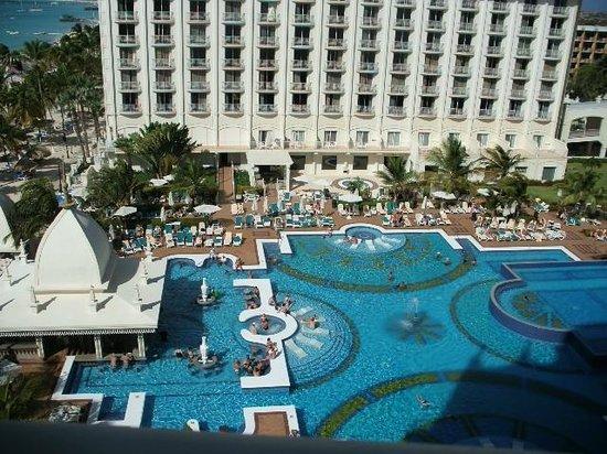 Hotel Riu Palace Aruba: Looking down to pool
