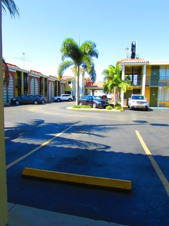 Quality Inn Airport : outside of motel