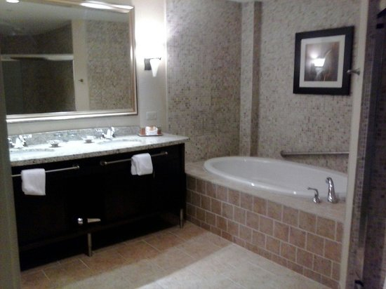 Four Winds Casino Resort: Part of bathroom jacuzii tub