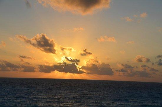 Crown Paradise Club Cancun: Sunrise