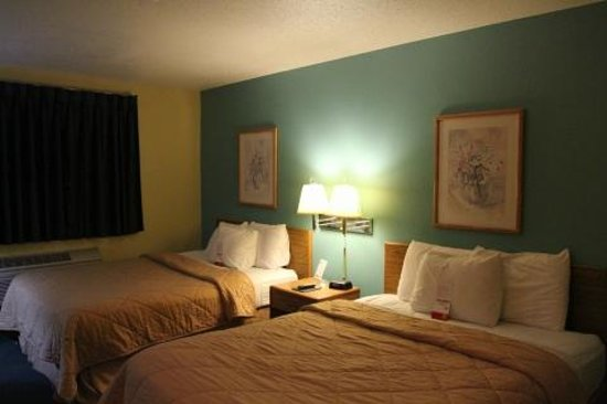 Super 8 Peoria East : Two beds, color of wall - Yuk!