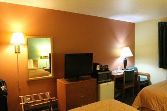 Super 8 Peoria East : TV / Desk area