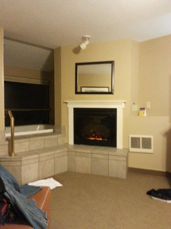 Best Western Plus Ocean View Resort: fireplace and jetted tub