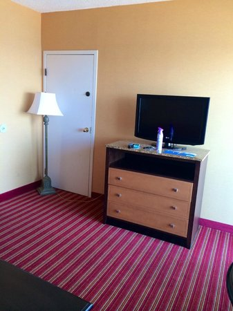 Comfort Inn & Suites Oceanfront: Living Room from pullout sofa