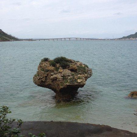 遠くに離島を結ぶ橋が見えます - Picture of Hamahiga-jima Island, Uruma ...