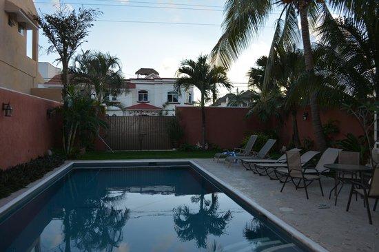 Summer Place Inn: Pool