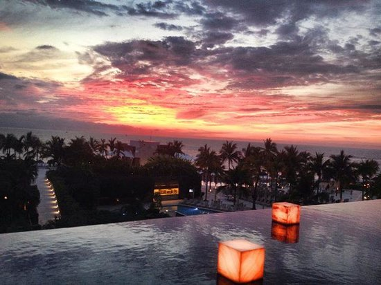 Now Amber Puerto Vallarta: Nightly view of the sunset from the lobby seats/bar on the 3rd floor!