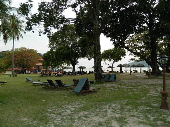 Holiday Villa Beach Resort & Spa Langkawi: Garden before the beach
