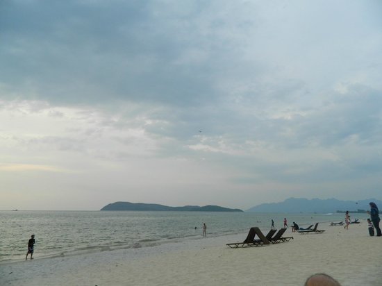 Holiday Villa Beach Resort & Spa Langkawi: beach