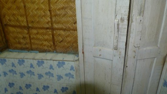 Ashtamudi Homestay: Dirtty shabby doors in bathroom