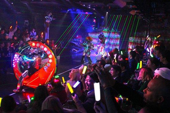 Robot Restaurant : Lights, action...