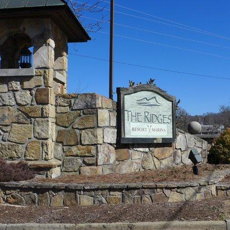 Ridges Resort & Marina : Entrance from road