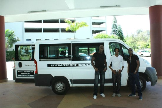 Nouvata Parc Hotel: Dans le hall du Nouvata,avec des chanteurs( Luc Léandry,Jim Rama,patrick Andrey)