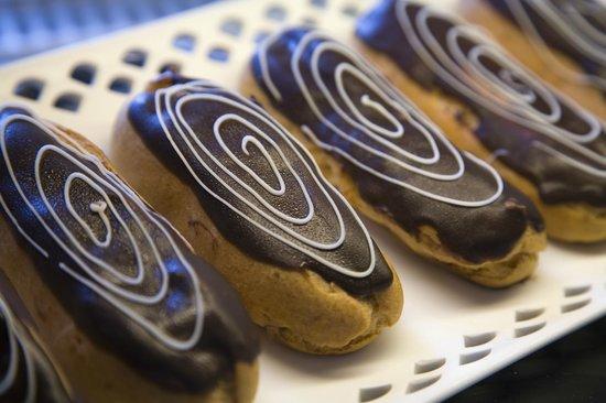 Le Bon Delice French Patisserie: Eclair au chocolat