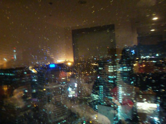 Eastwood Richmonde Hotel: night view of the city from our room