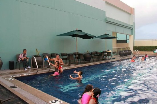 Eastwood Richmonde Hotel: at the pool with kids..
