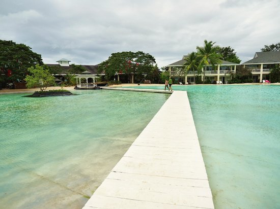Plantation Bay Resort And Spa : Boardwalk crossing the lagoon to the resort reception area and lobby