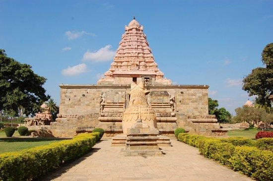 Gangaikonda Cholapuram: The gopuram and Nandi