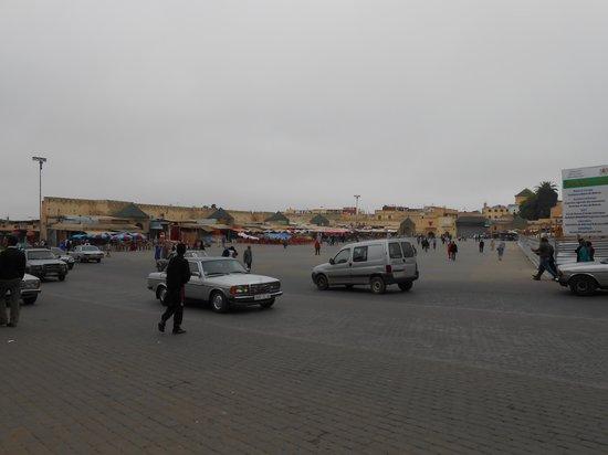 Bab Mansour Gate: 道路を渡るとエディム広場