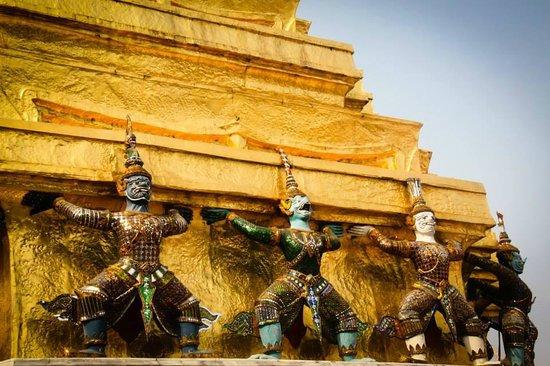 Wat Phra Kaeo (Temple of the Emerald Buddha): Salah satu detail pada objek wisata tersebut.
