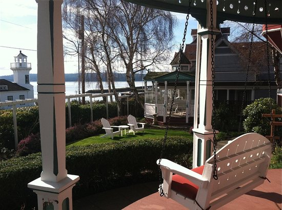 Old Consulate Inn: Decks, chairs , porch swings, gazebo