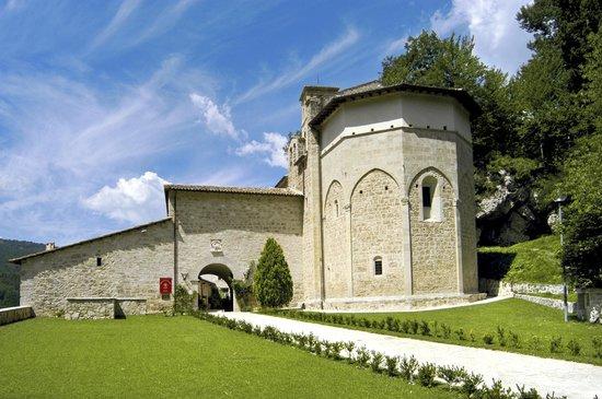 Preci, Italia: Esterno dell'Abbazia di Sant'Eutizio