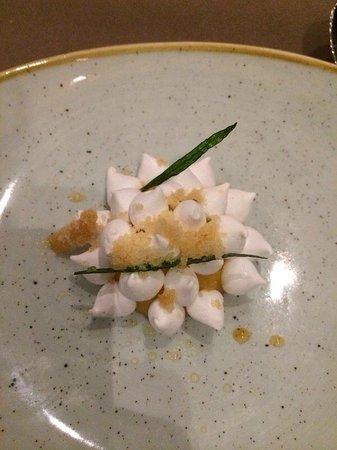 Lemon meringue with iced tea bild fr n table 9 dubai for Table 9 dubai