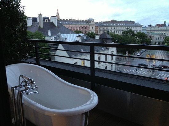 25hours Hotel beim MuseumsQuartier: XL-room with bathtub on the balcony